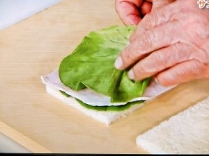 サラダ菜、ハムをサンドする