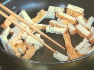 厚揚げと小松菜の塩にんにく炒め