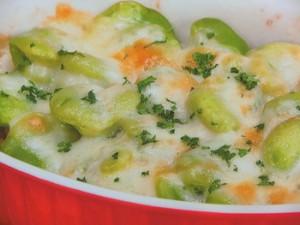 ホクホクそら豆と新玉ねぎのチーズ焼き