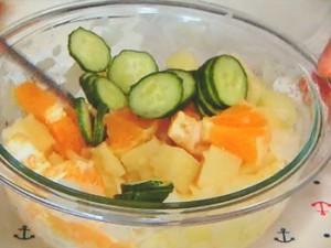 豆乳オイルソースのオレンジポテサラ・全粒粉のパン添え
