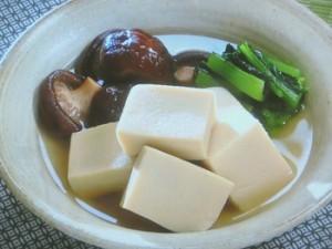 高野豆腐と青菜、きのこの煮物