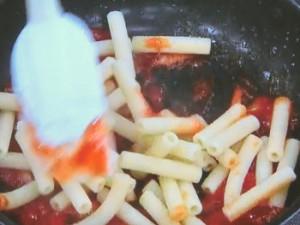 マカロニのケチャップ炒めオムレツ