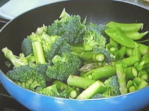 緑の野菜の蒸し炒め