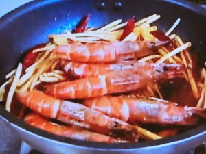 もこみち流 殻付きエビと黄ニラのスパイス炒め