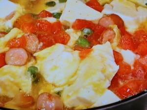 豆腐とソーセージのフライパンオムレツ