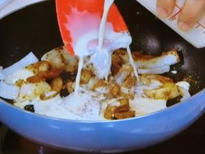 シーフードとアボカドの豆乳カレー