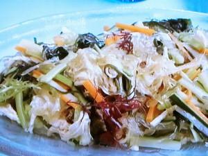 蒸し鶏、ところてん、海藻のサラダ