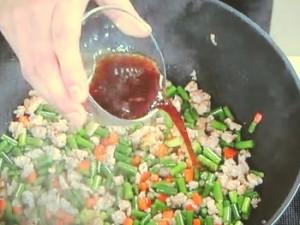 挽肉とにんにくの茎の炒めもの