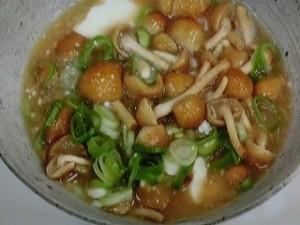 豆腐となめこの味噌煮込み