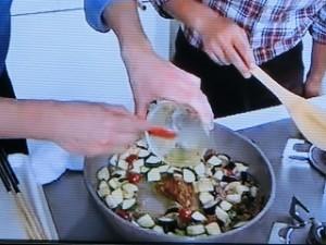 ヘタを除きいちょう切りしたナス、ヘタを除き縦半分に切ったミニトマトを加えてさらに炒める。  1の合わせ調味料を加えてからめる。