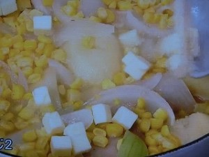 とうもろこし、じゃが芋、鶏肉の塩バター煮