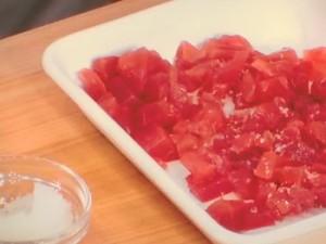 赤い冷たいパスタ