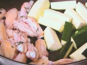 鶏スペアリブとズッキーニの蒸し焼き