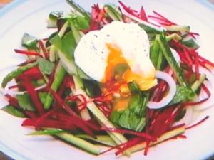 もこみち流 アスパラガスときゅうりのサラダ 〜ポーチドエッグのせ