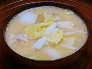 鶏肉、白菜、えのきの味噌汁